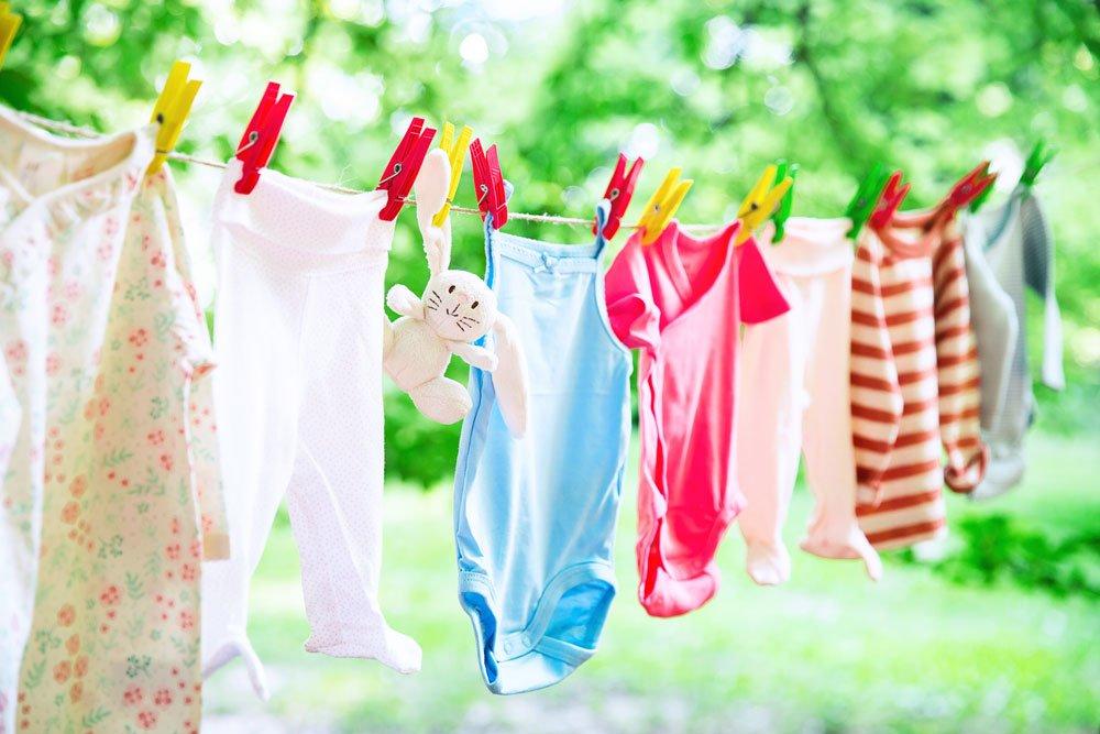Babykleidung an einer Wäscheleine