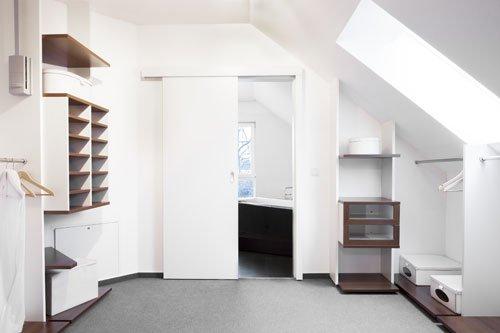 begehbaren kleiderschrank unter einer dachschr ge bauen 4 g nstige ideen mit pfiff. Black Bedroom Furniture Sets. Home Design Ideas