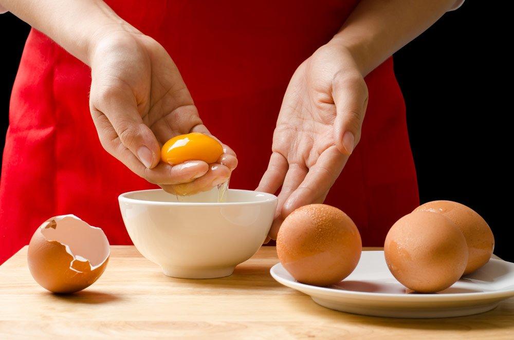 Eier trennen mit den Händen