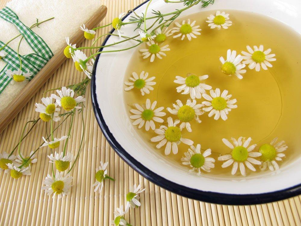 Hausmittel gegen Ohrenschmerzen: Kamillenbad