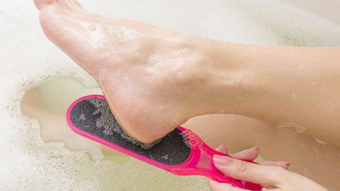 Hornhaut entfernen - Mit diesen Hausmitteln zu samtweichen Füßen