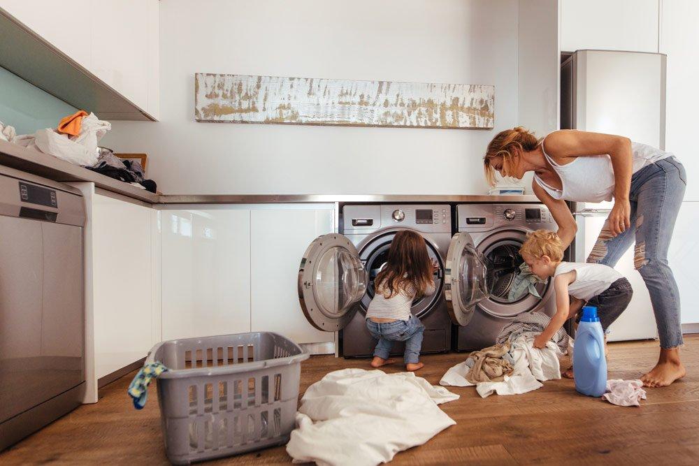 Kinder in den Haushalt einbinden: Wäsche waschen