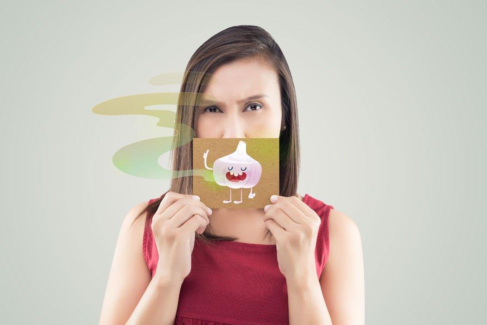 Frau mit Knoblauch-Mundgeruch