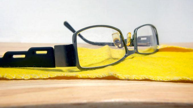Kratzer aus Brille entfernen