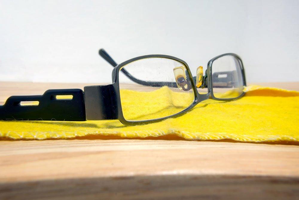 kratzer aus brille entfernen und neuen vorbeugen. Black Bedroom Furniture Sets. Home Design Ideas