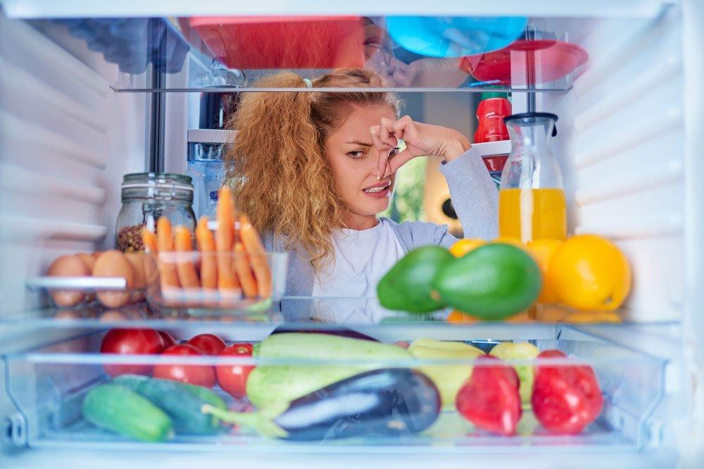 Kühlschrank stinkt - Gründe, Hausmittel & Tipps zum Vorbeugen