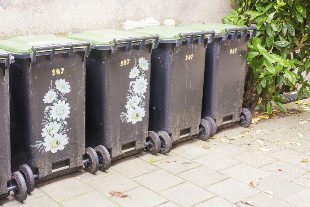 Mülltonnen mit Blumen-Aufklebern