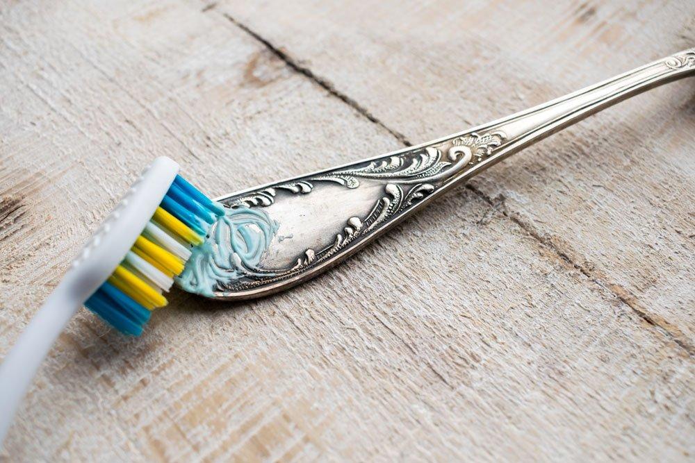 Silber mit Zahnpasta reinigen