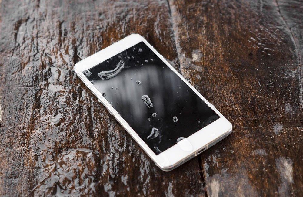 smartphone ins wasser gefallen so retten sie ger t und daten. Black Bedroom Furniture Sets. Home Design Ideas