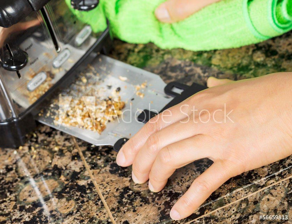 Toaster reinigen - Krümelschublade